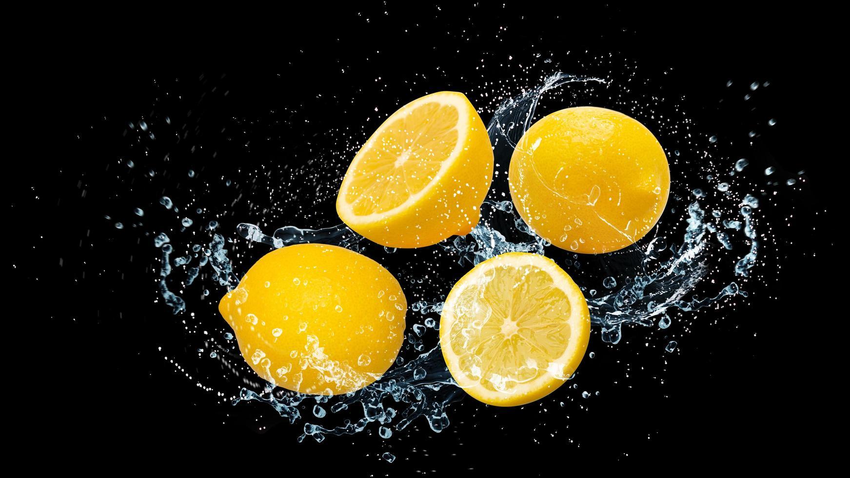 Zitronen mit Wasser foto
