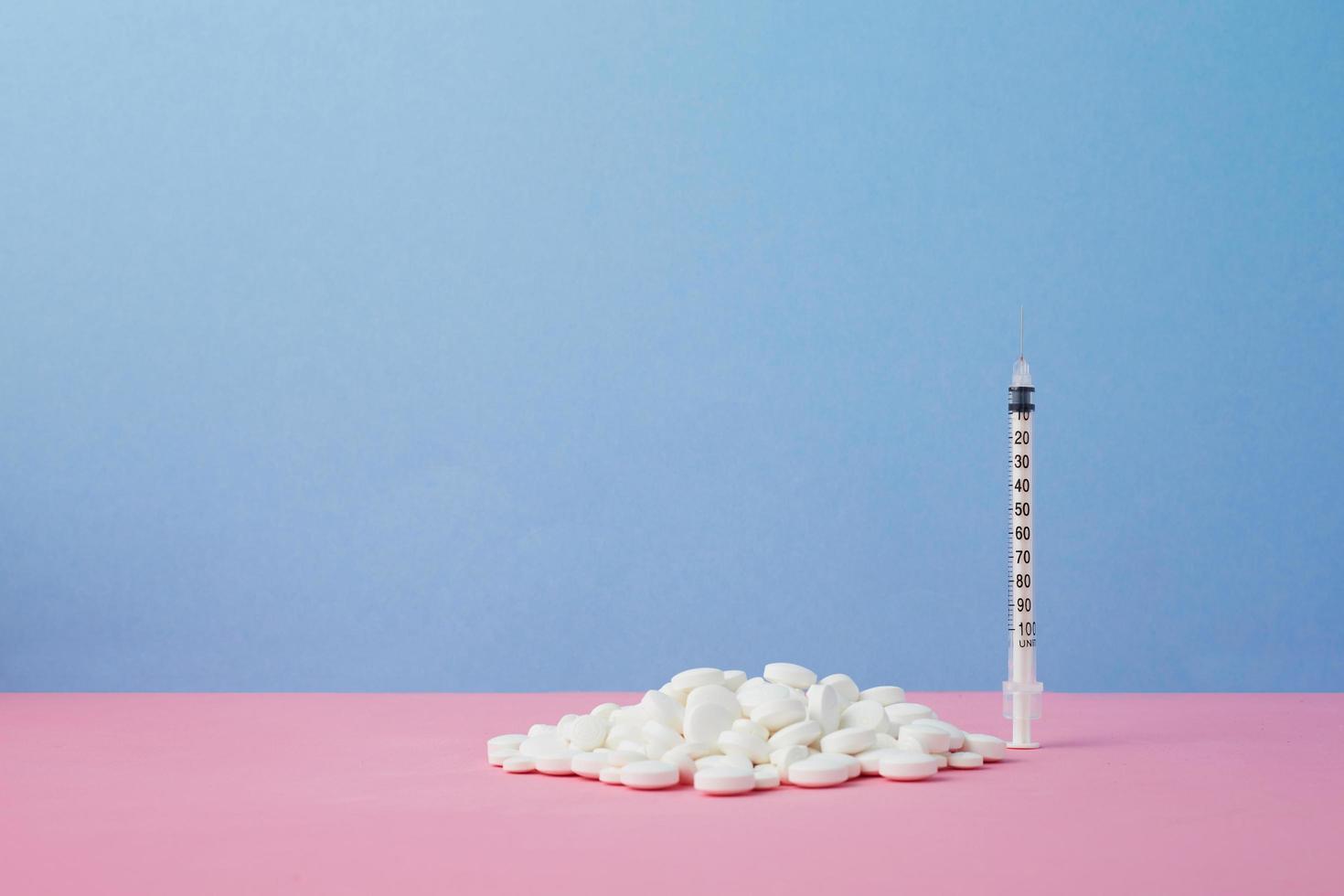 Pillen und Spritze foto