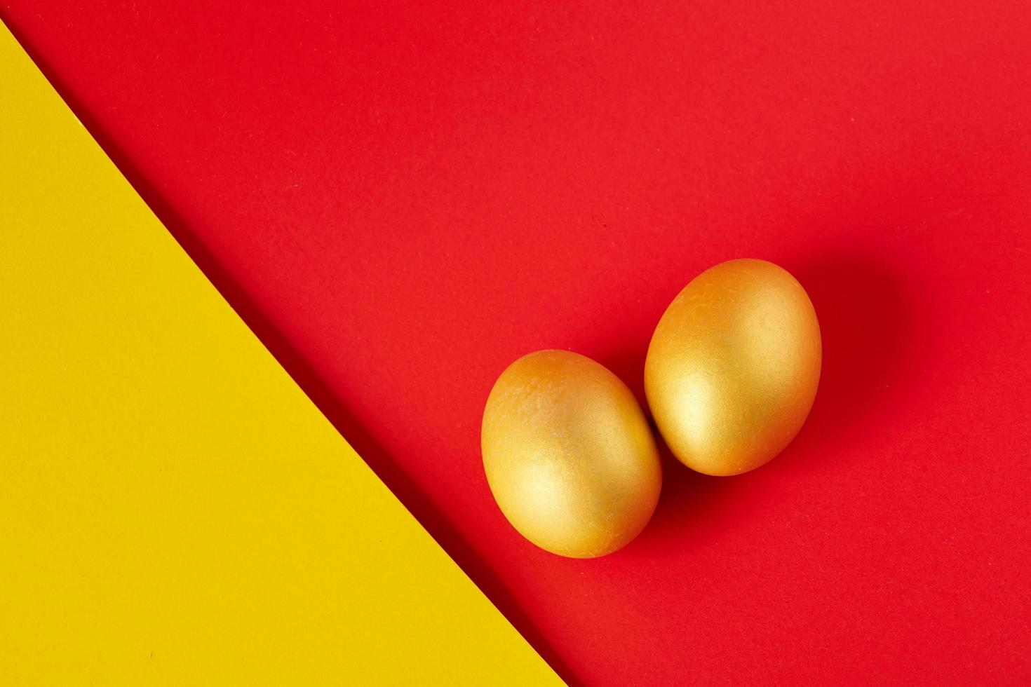 Eier auf gelbem und rotem Hintergrund foto