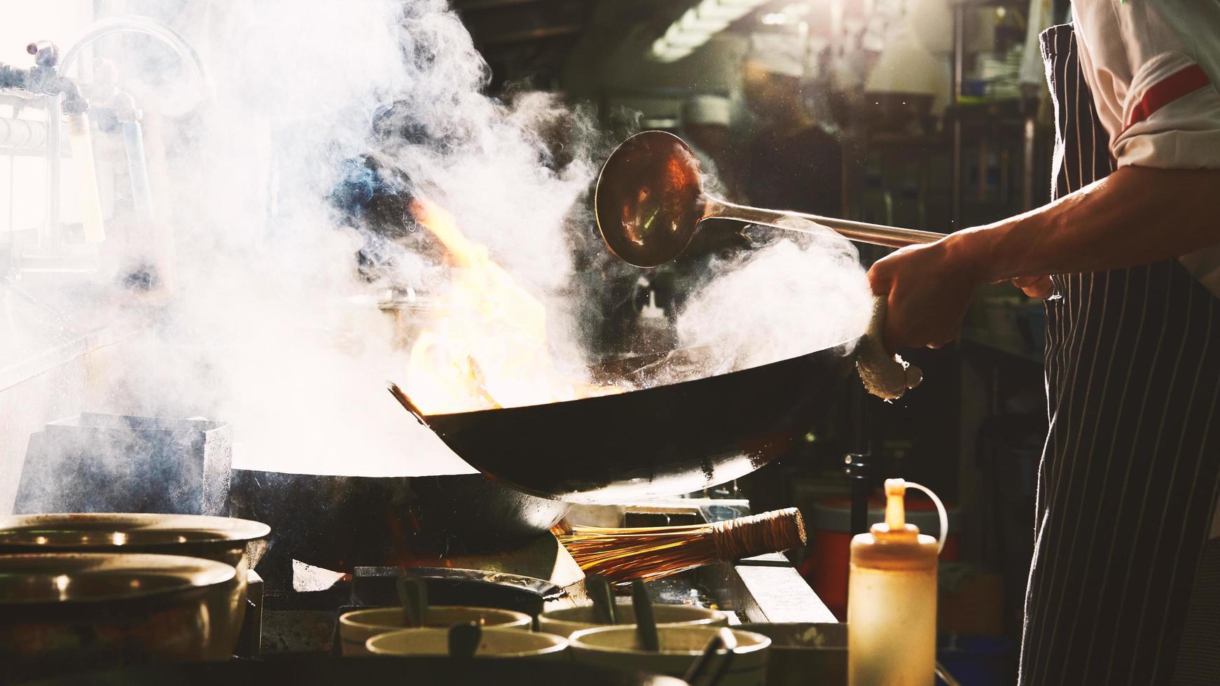 kochen im wok kochen foto