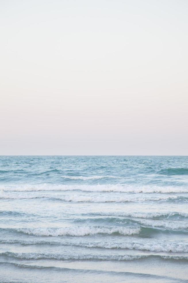 Meereswellen krachen am Strand foto