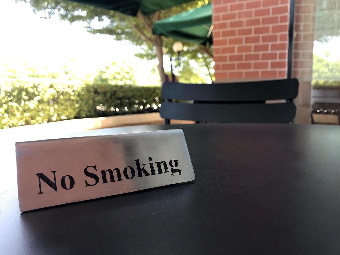 Rauchverbot auf einem Tisch foto