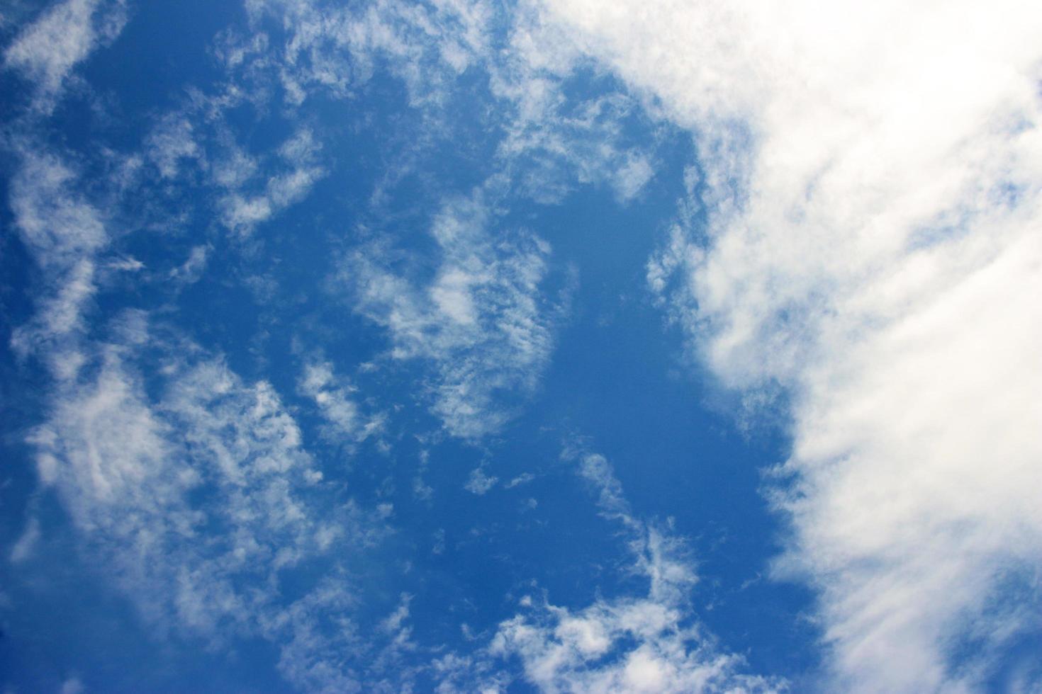 weiße Wolken in einem tiefblauen Himmel foto