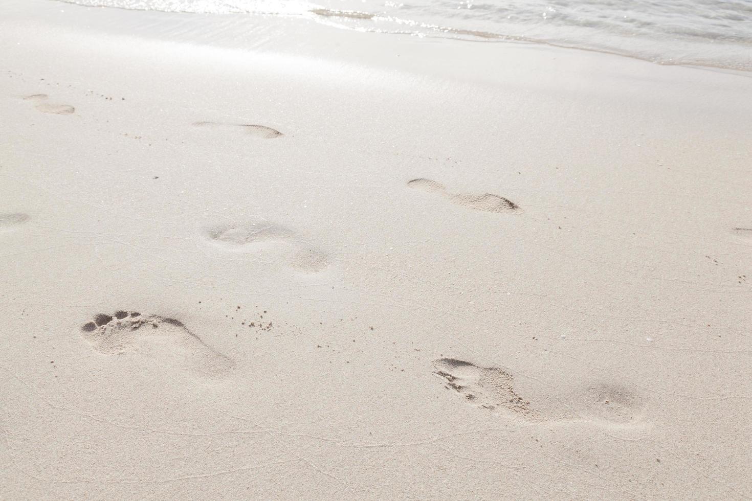 Fußspuren im Sand am Strand foto