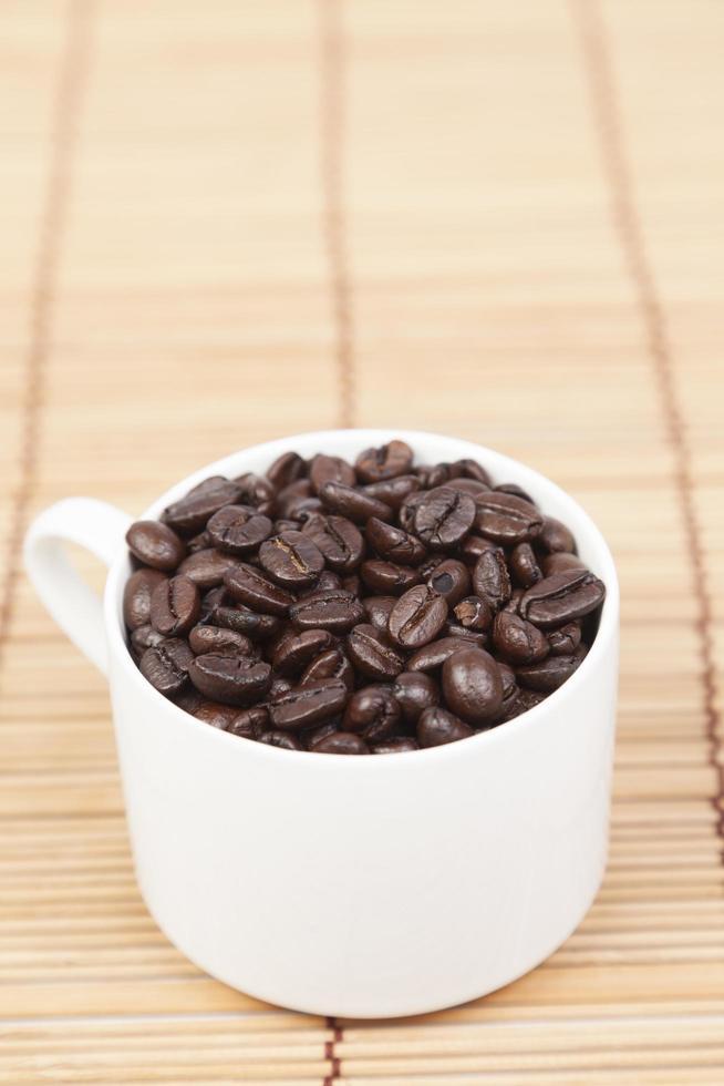 Tasse Kaffeebohnen auf dem Tisch foto