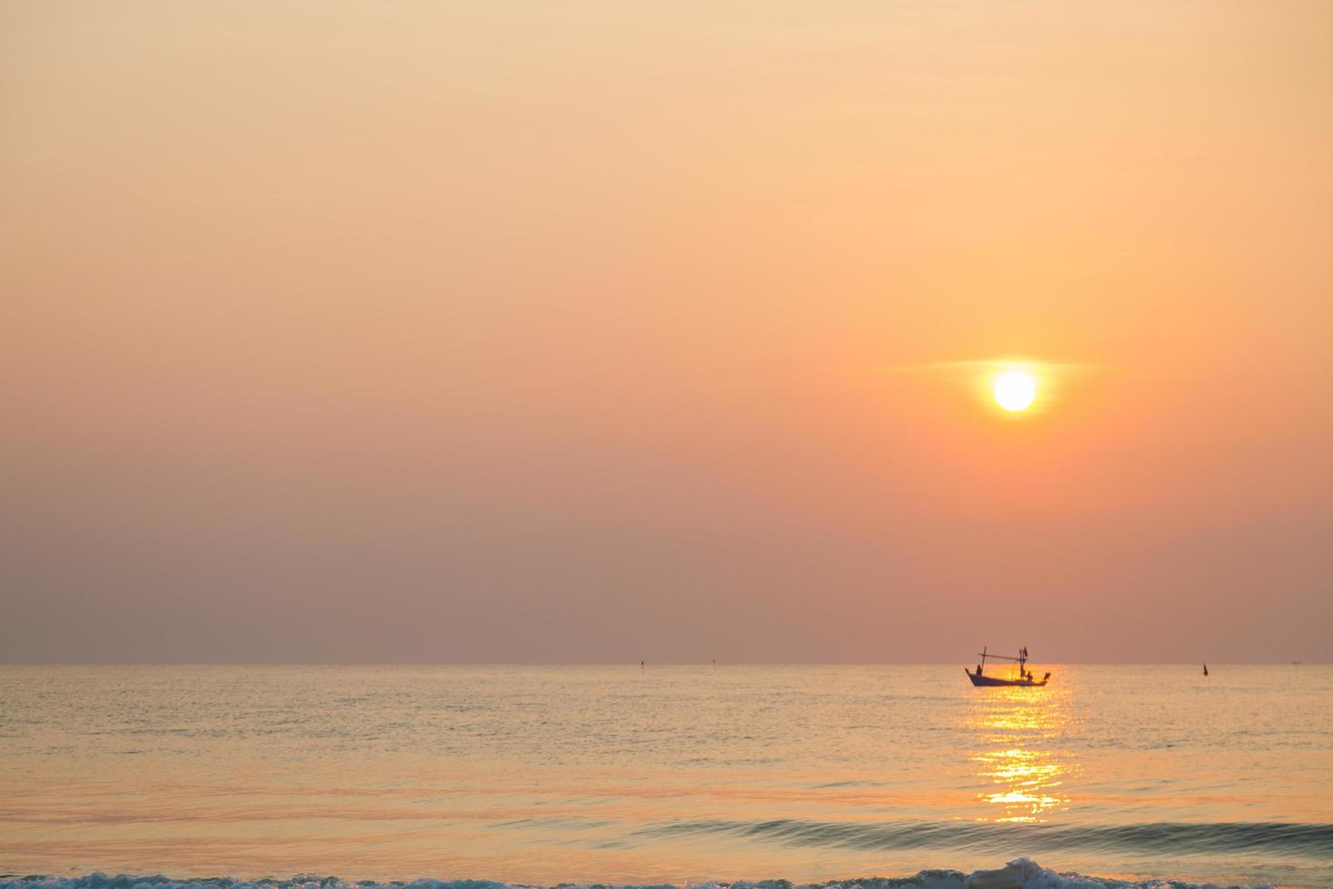 Fischerboot auf dem Meer bei Sonnenaufgang foto