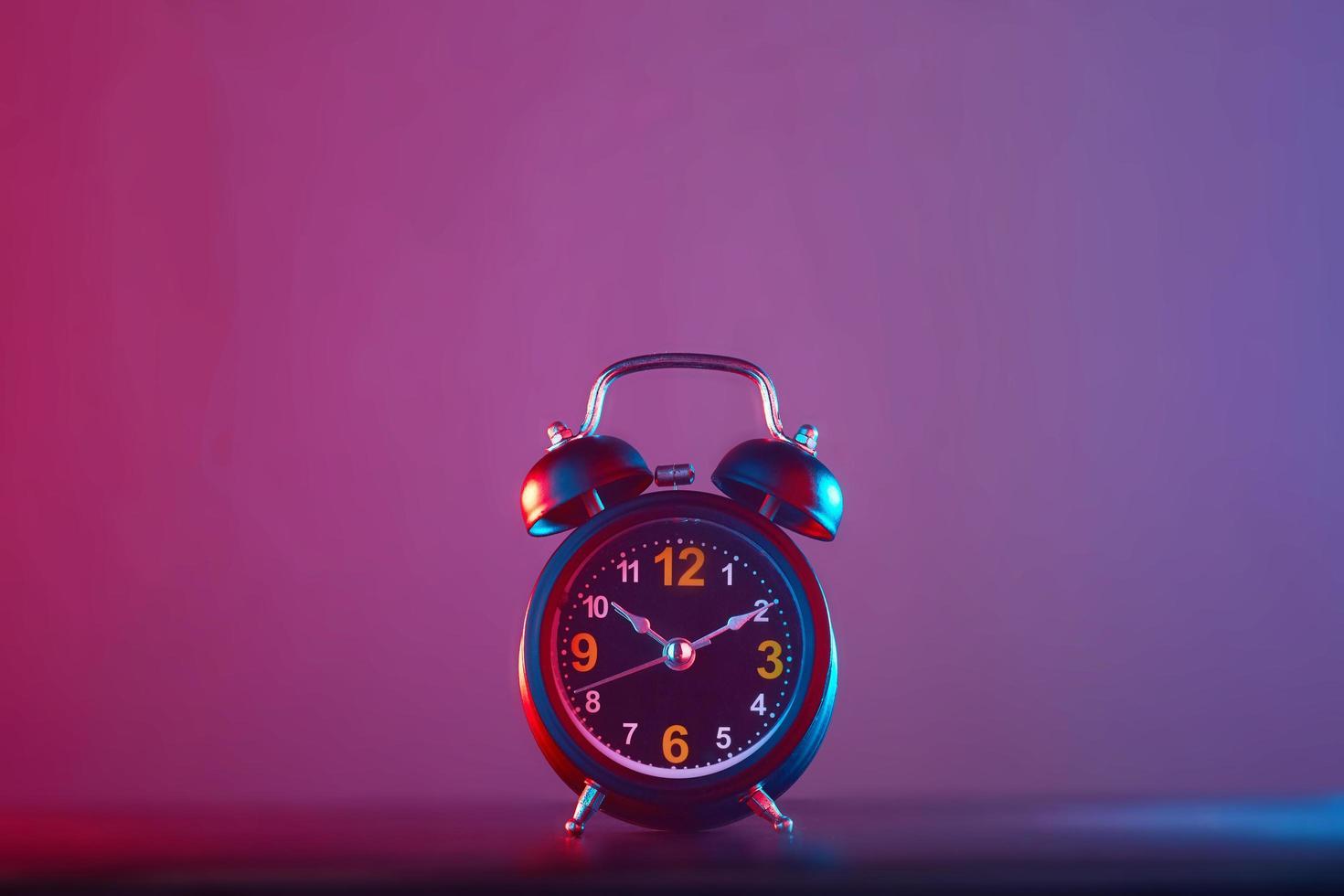Wecker auf buntem Hintergrund foto