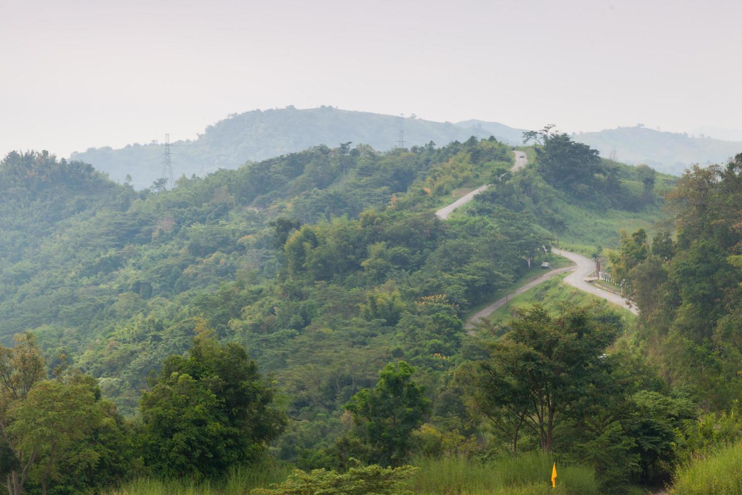 kurvige Straßen auf einem Berg in Thailand foto