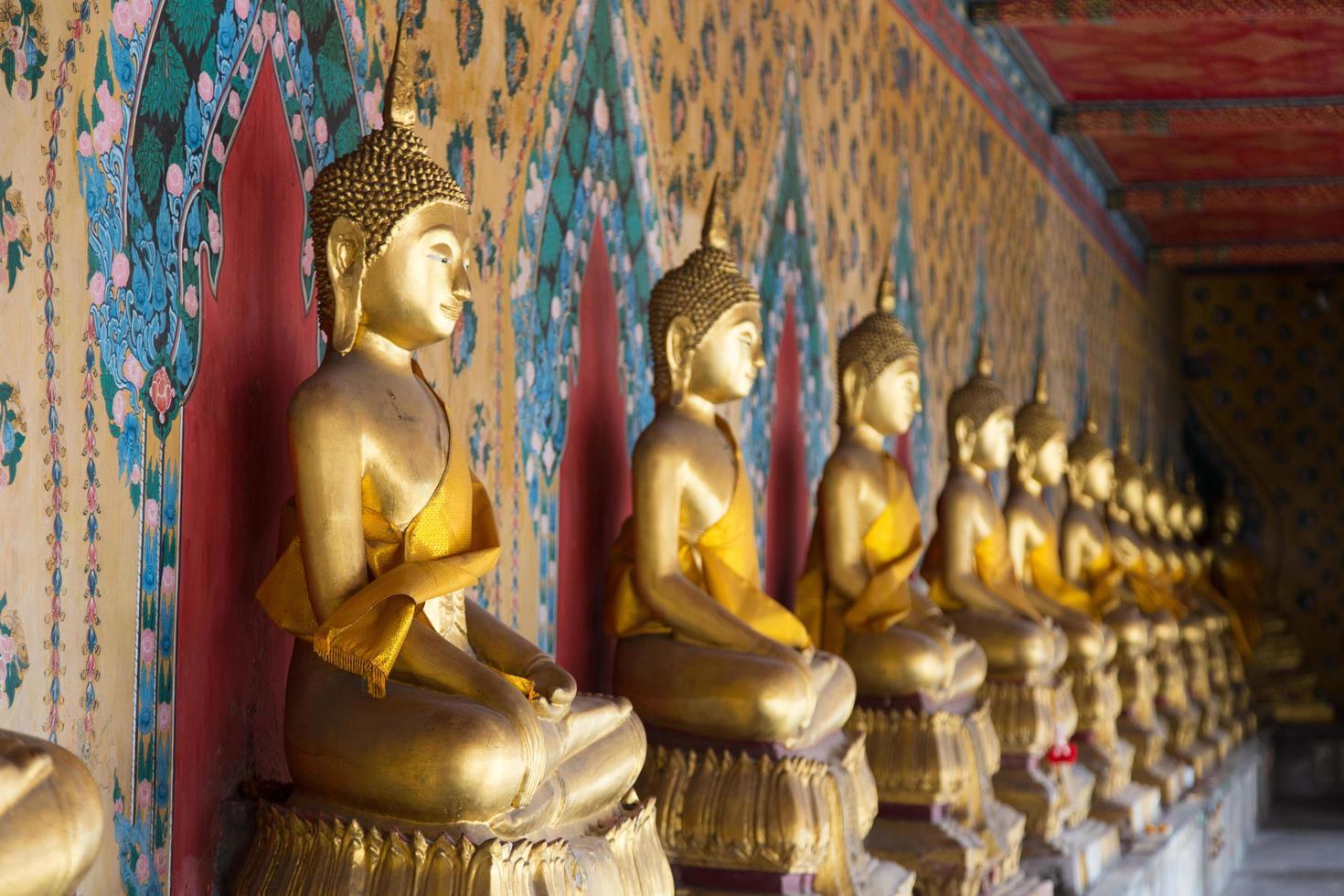 Buddha-Statuen in einem Tempel in Bangkok foto