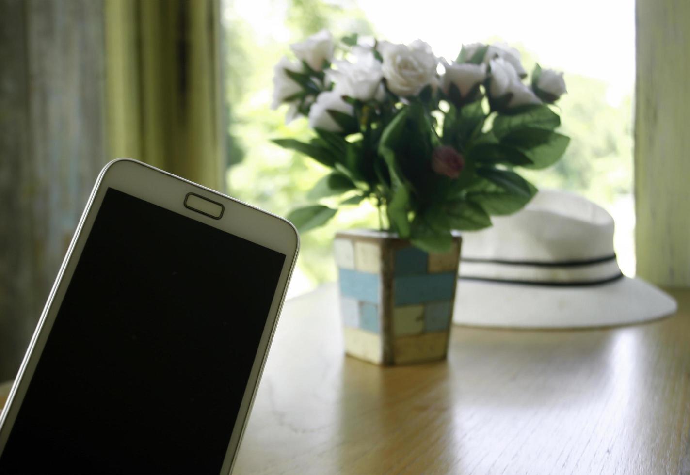 leeres Telefon und Blumen foto