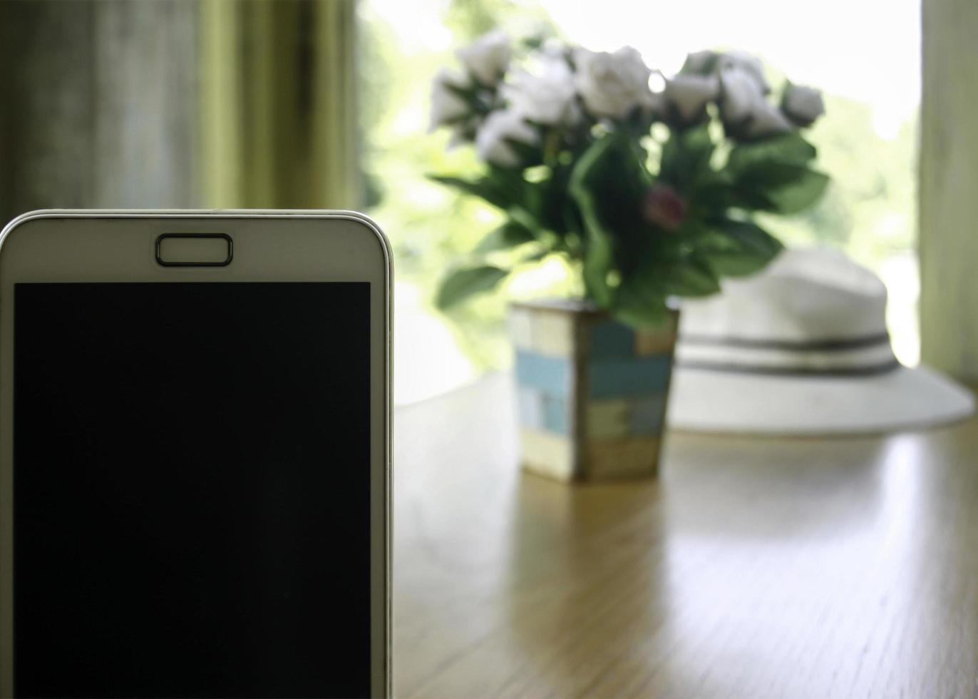 Smartphone in der Nähe von Tisch foto