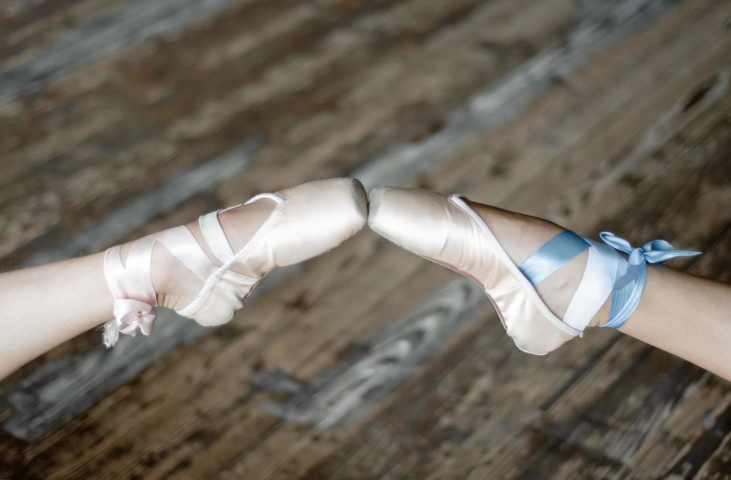 zwei Ballerinas, die Schuhe berühren foto