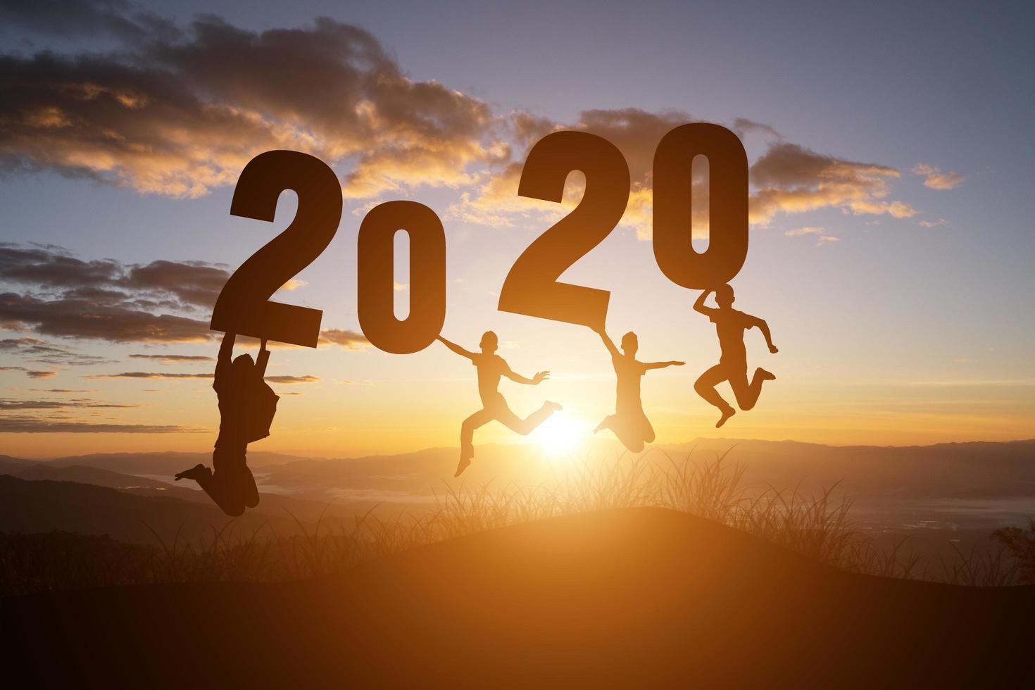 Silhouette der Nummer 2020 auf Sonnenuntergang Hintergrund foto