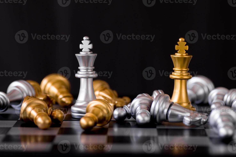 eine goldene und silberne Königsschachfigur foto