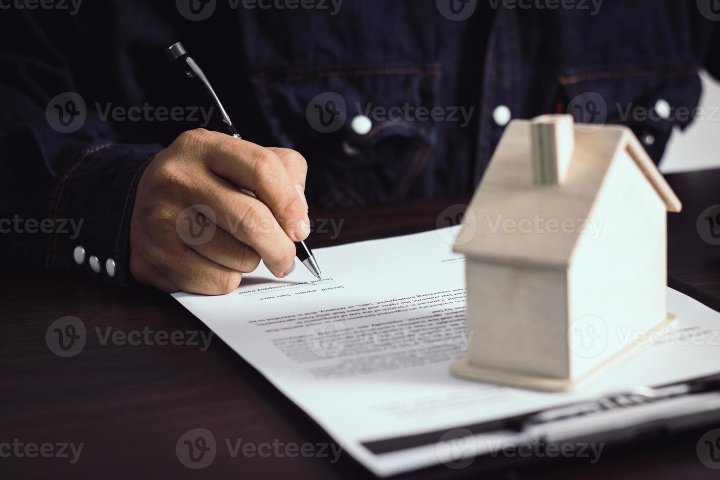 Person, die einen Vertrag schreibt foto
