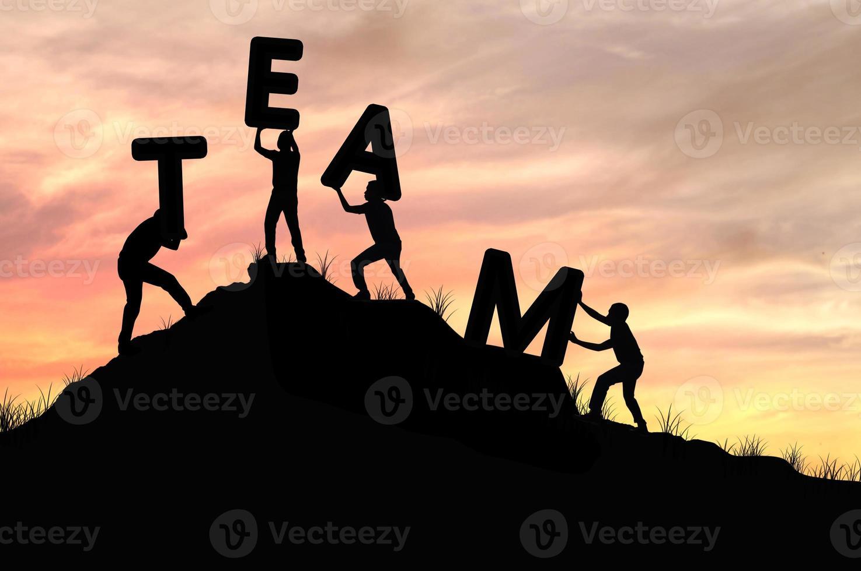 Silhouette Teamarbeit von Männern helfen und Wort Team heben foto