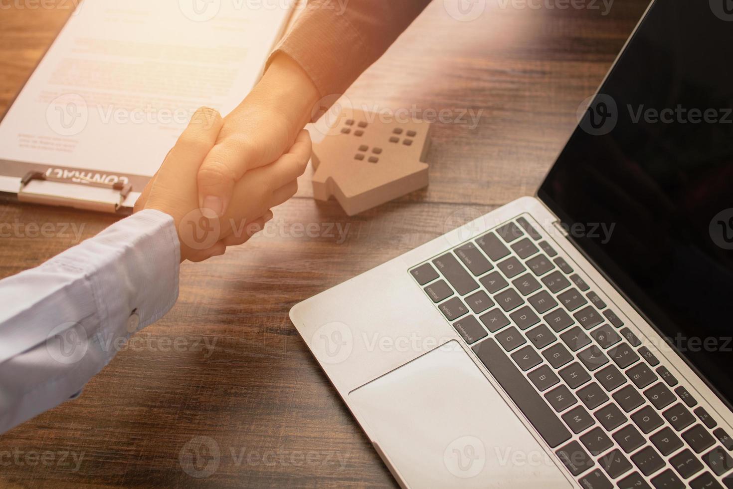 Immobilienkonzept, zwei Personen Händeschütteln foto