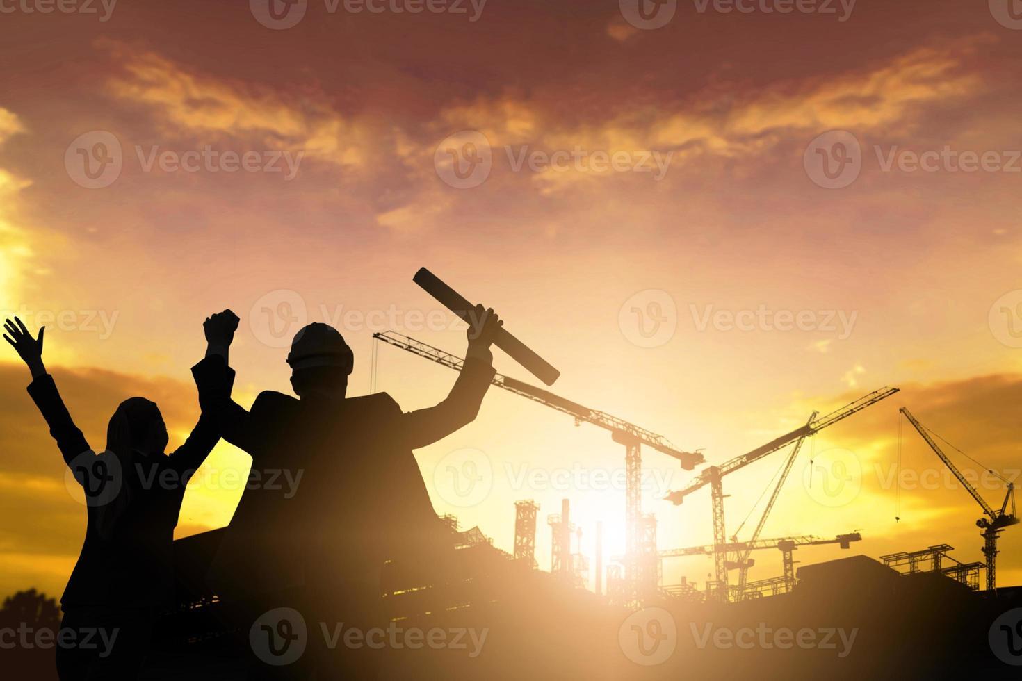 Silhouette von Engineere auf der Baustelle foto