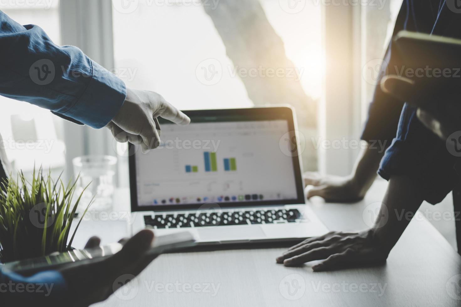 Geschäftsleute, die ein Meeting planen foto