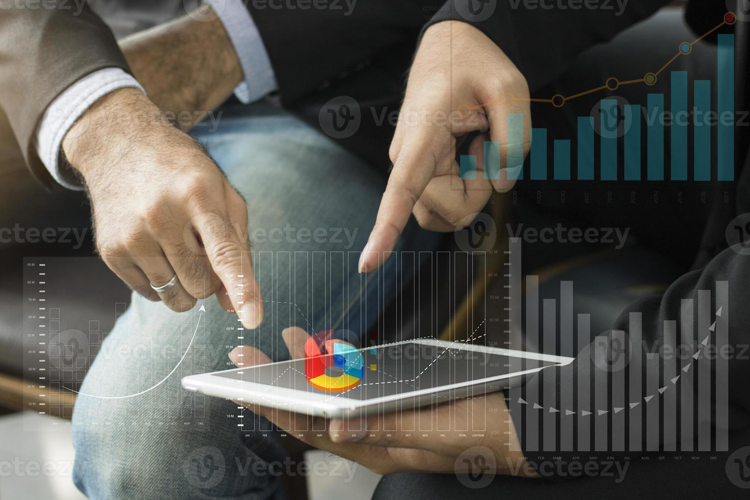 zwei Zeigefinger auf eine Tablette foto
