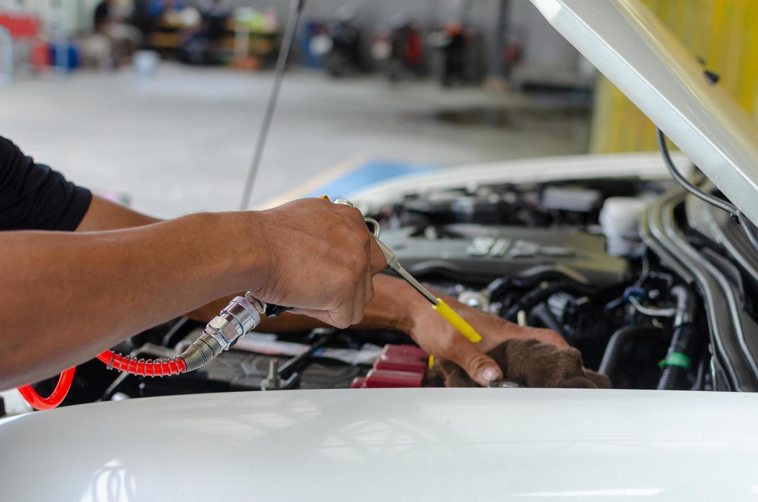 Mechaniker macht eine Motorüberprüfung foto