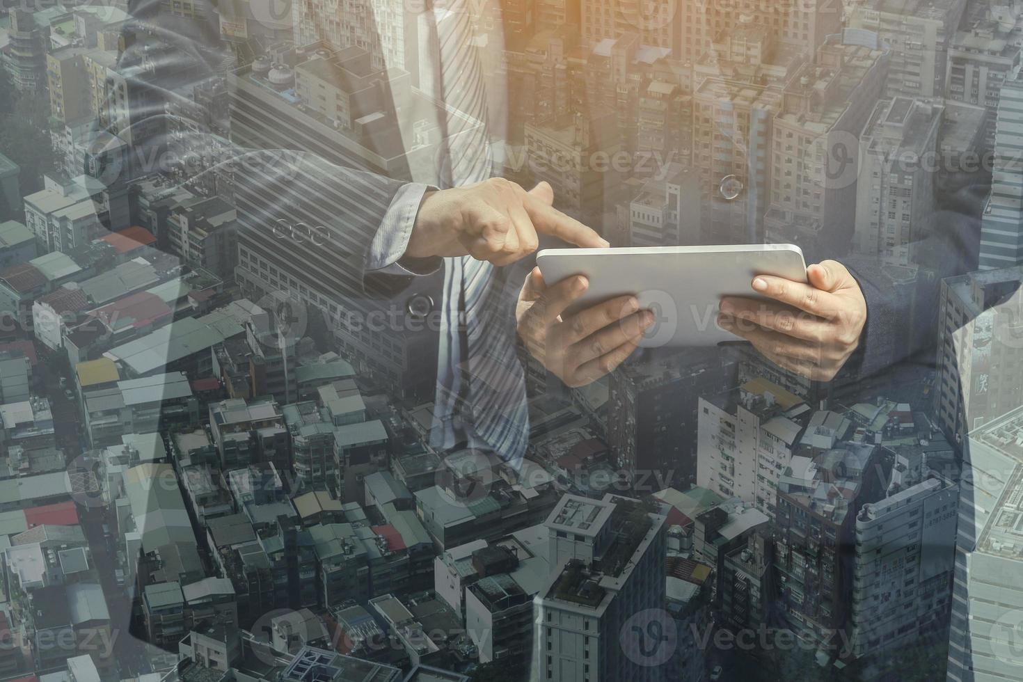 Doppelbelichtung von Geschäftsleuten und Stadtbild der Innenstadt foto
