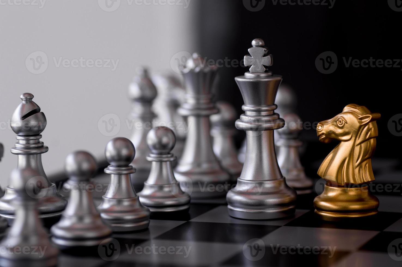 Schachspiel mit goldenem Ritter foto