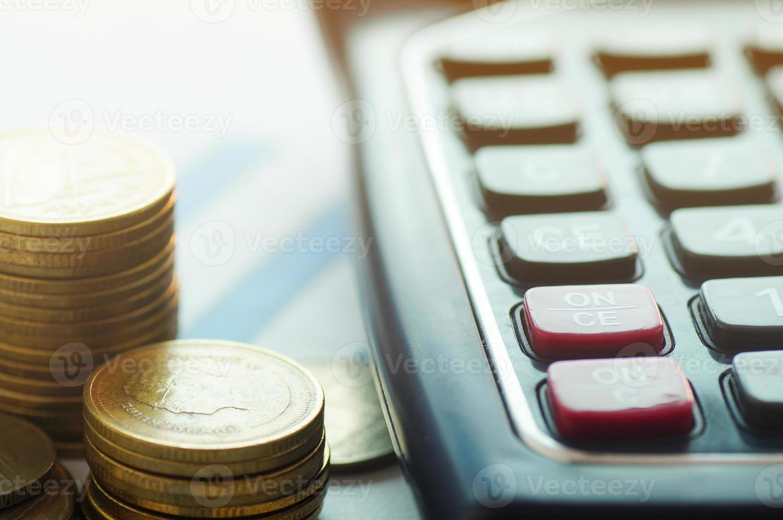 Münzen mit Taschenrechner foto