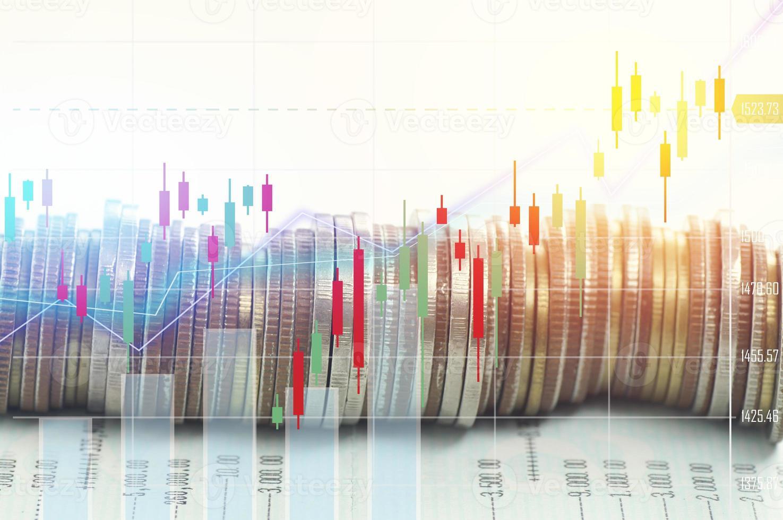 Haufen Münzgeld mit Kontobuchfinanzierung und Bankkonzept für den Hintergrund. Konzept für Wachstum und Schritt für Schritt für den Geschäftserfolg foto