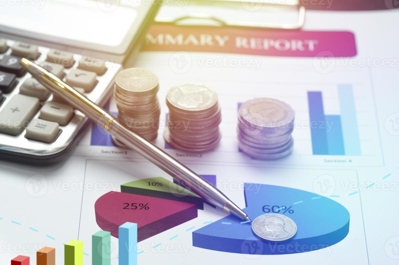 Stapel von Münzen auf einem Schreibtisch foto