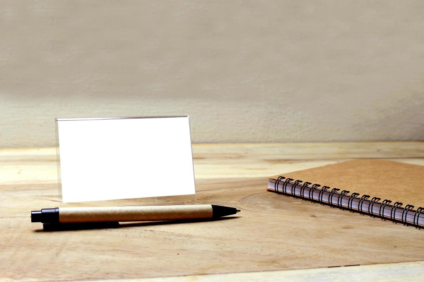 Visitenkartenmodell auf einem Schreibtisch foto