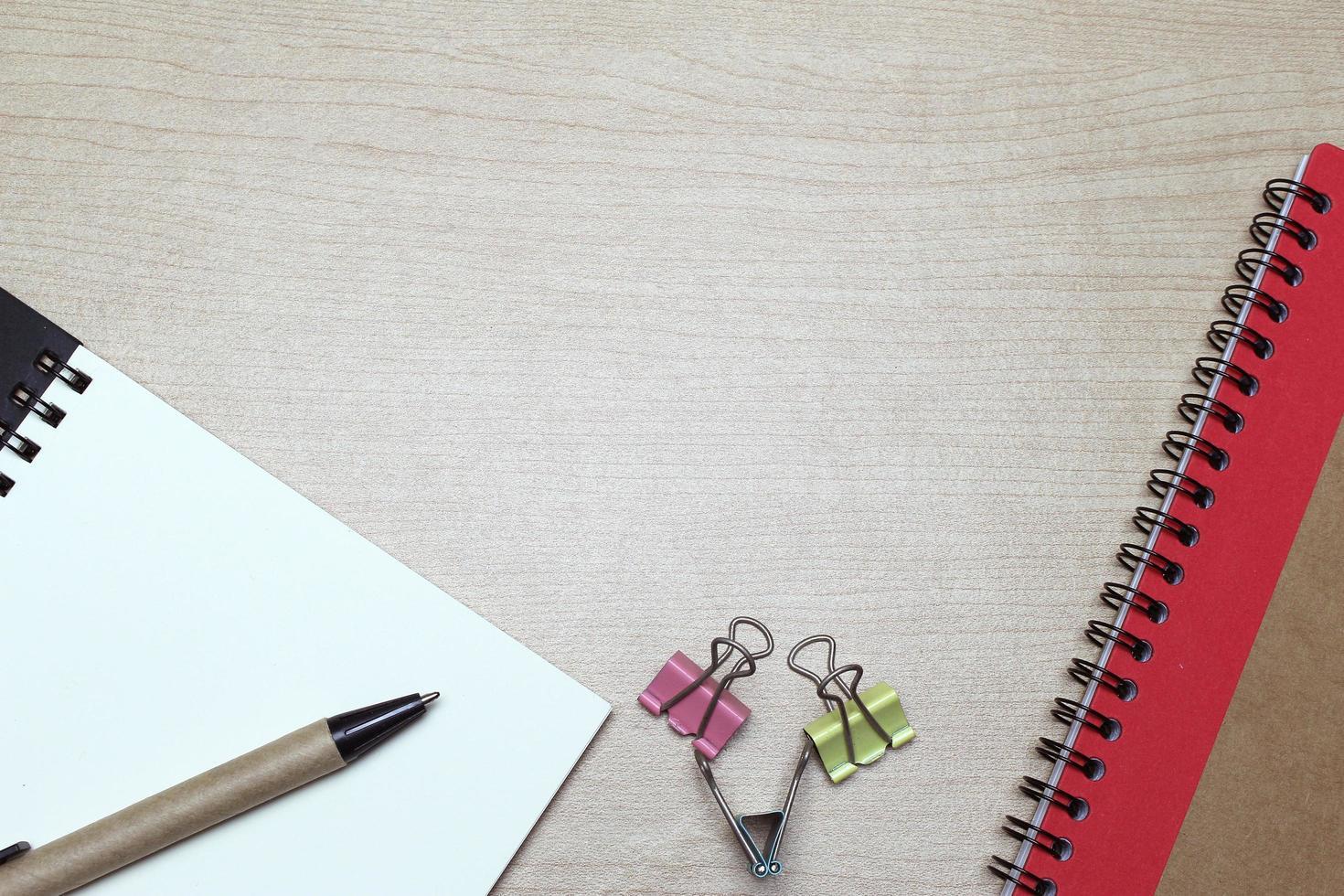 Schreibtisch mit Notizbuch und Clips foto