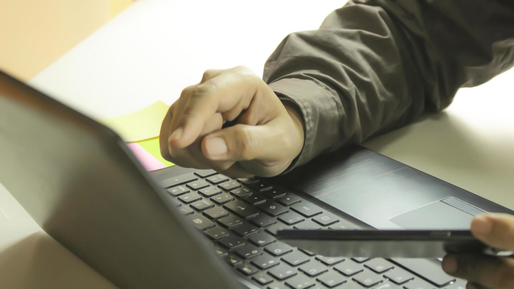 professionelles Einkaufen auf einem Laptop foto