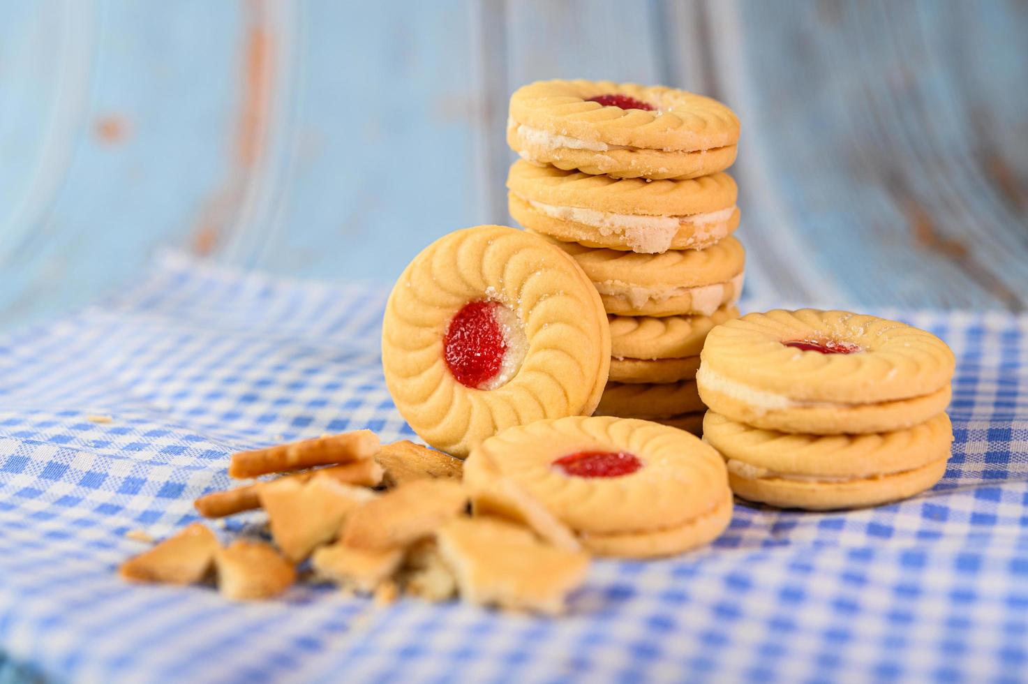 Sandwichkekse mit Erdbeercreme foto
