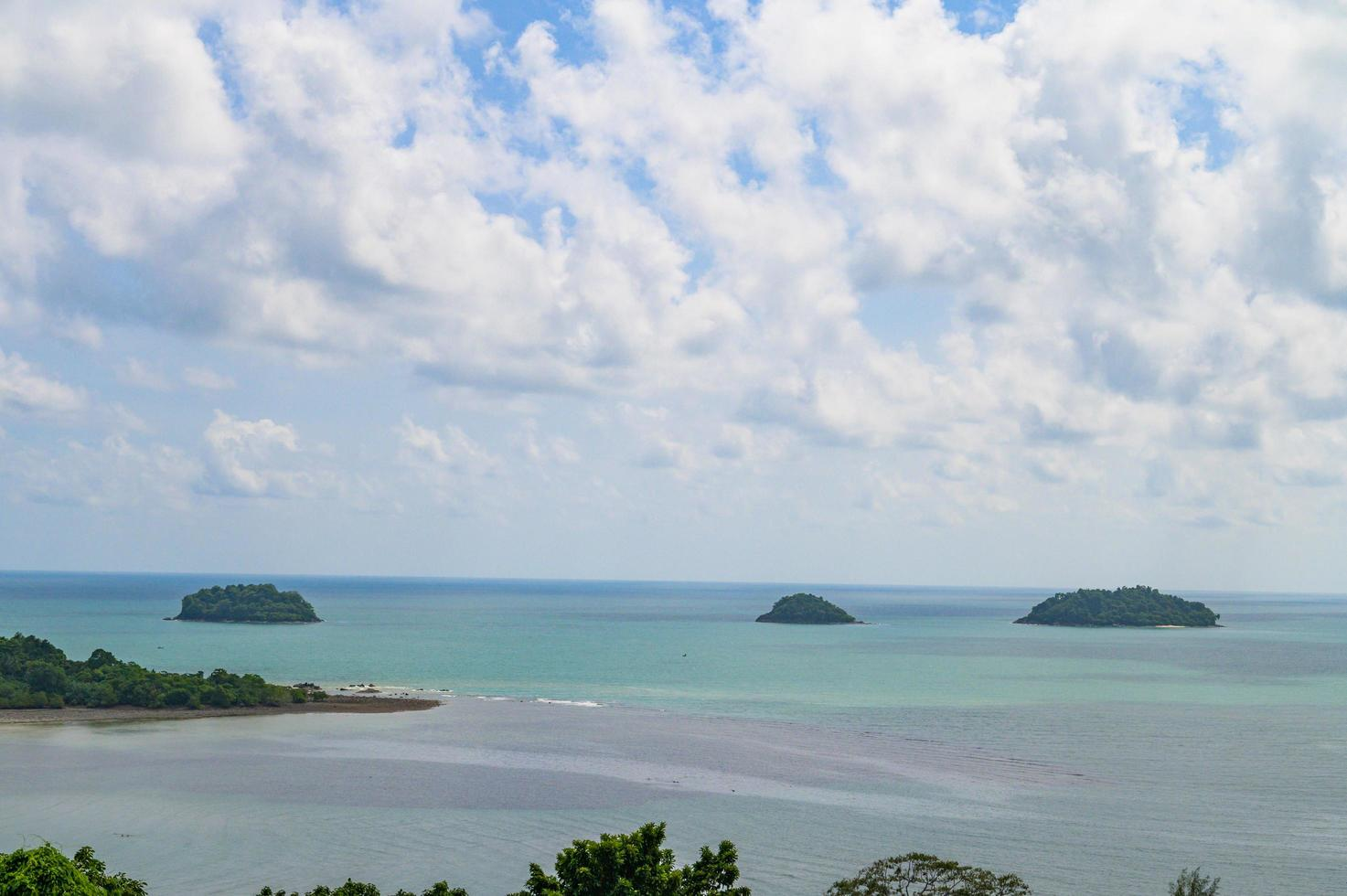 tropisches Meer mit Inseln und Himmel foto