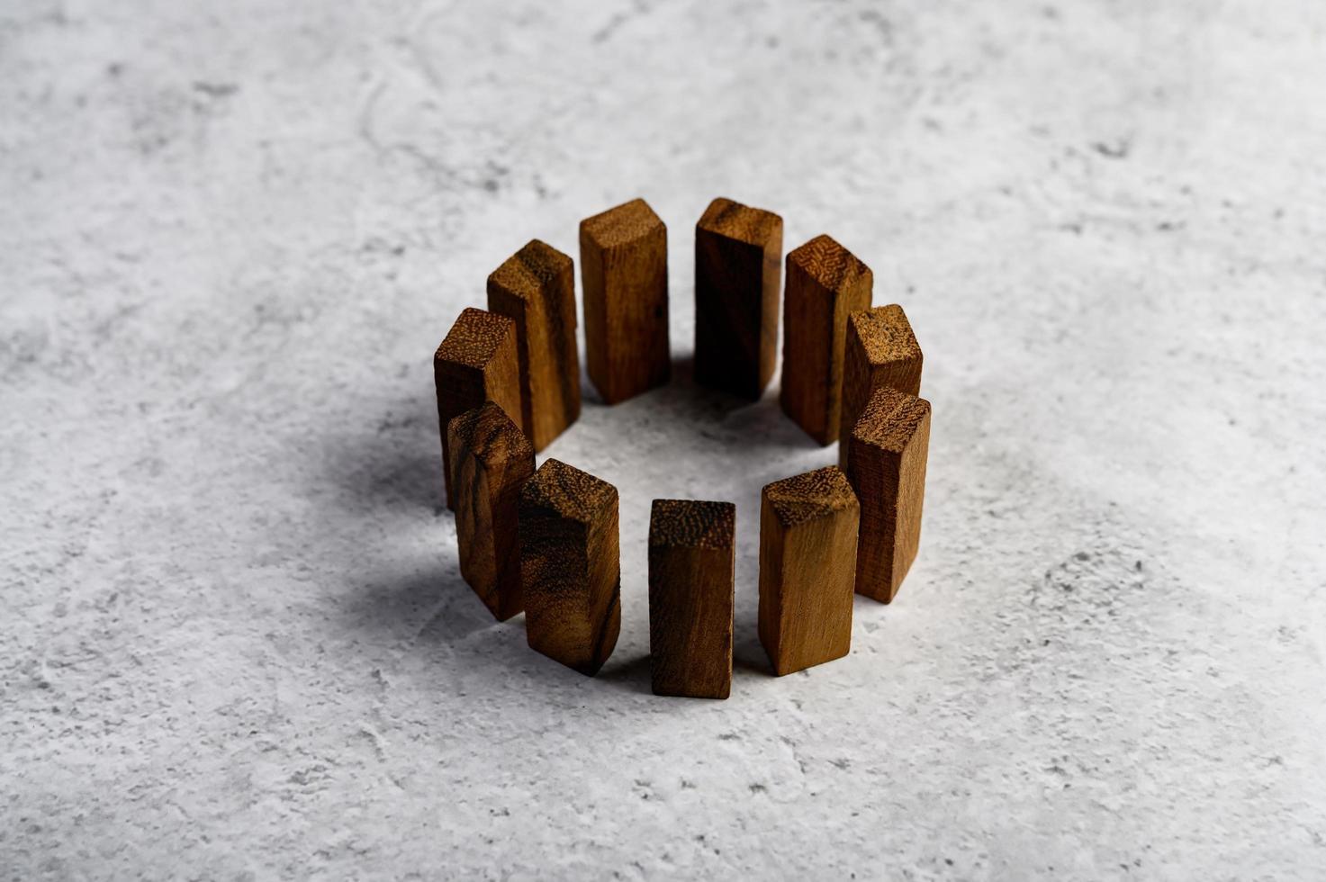 Holzklötze, die für Domino-Spiele verwendet werden foto