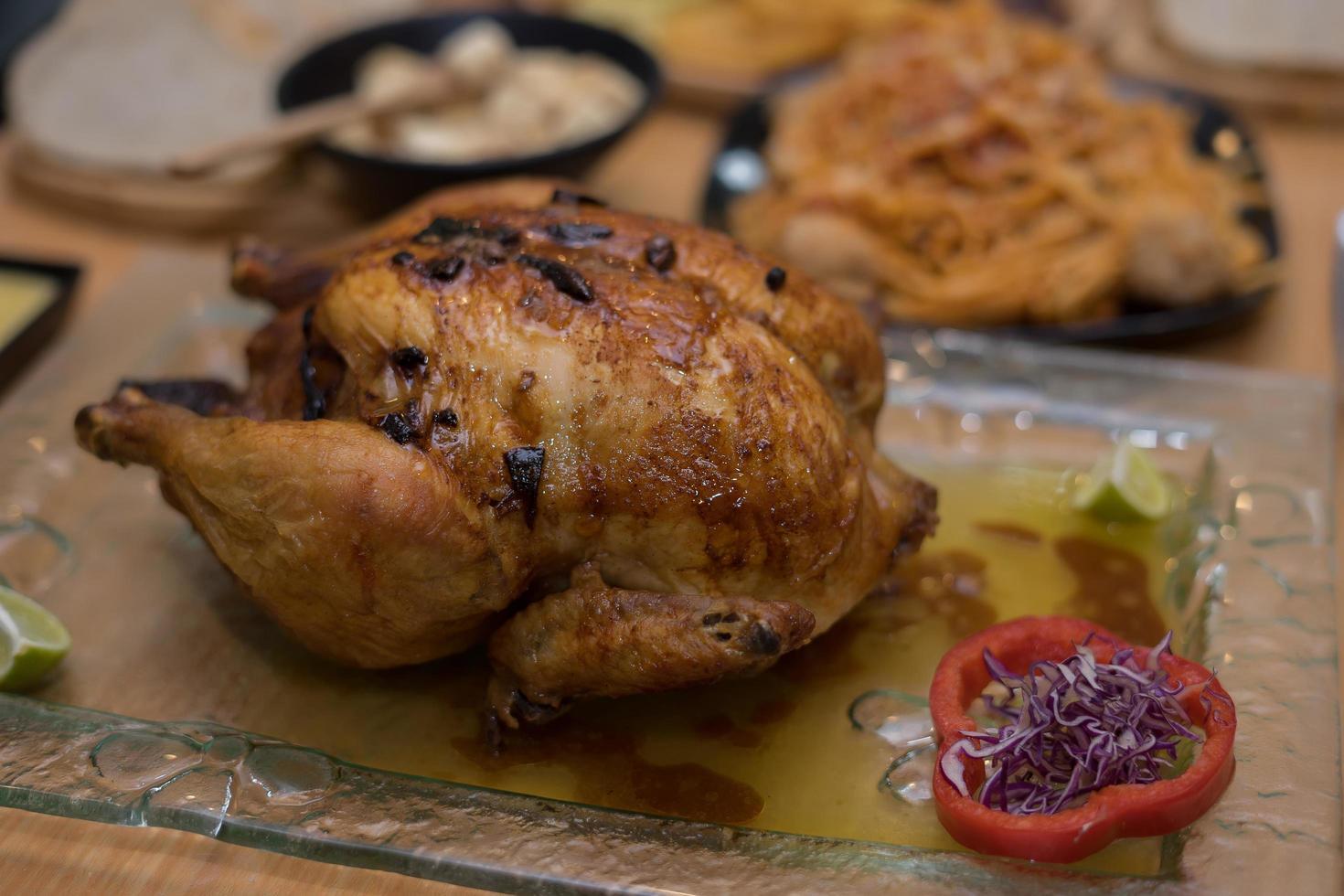 gebackenes ganzes Huhn auf einem Teller foto
