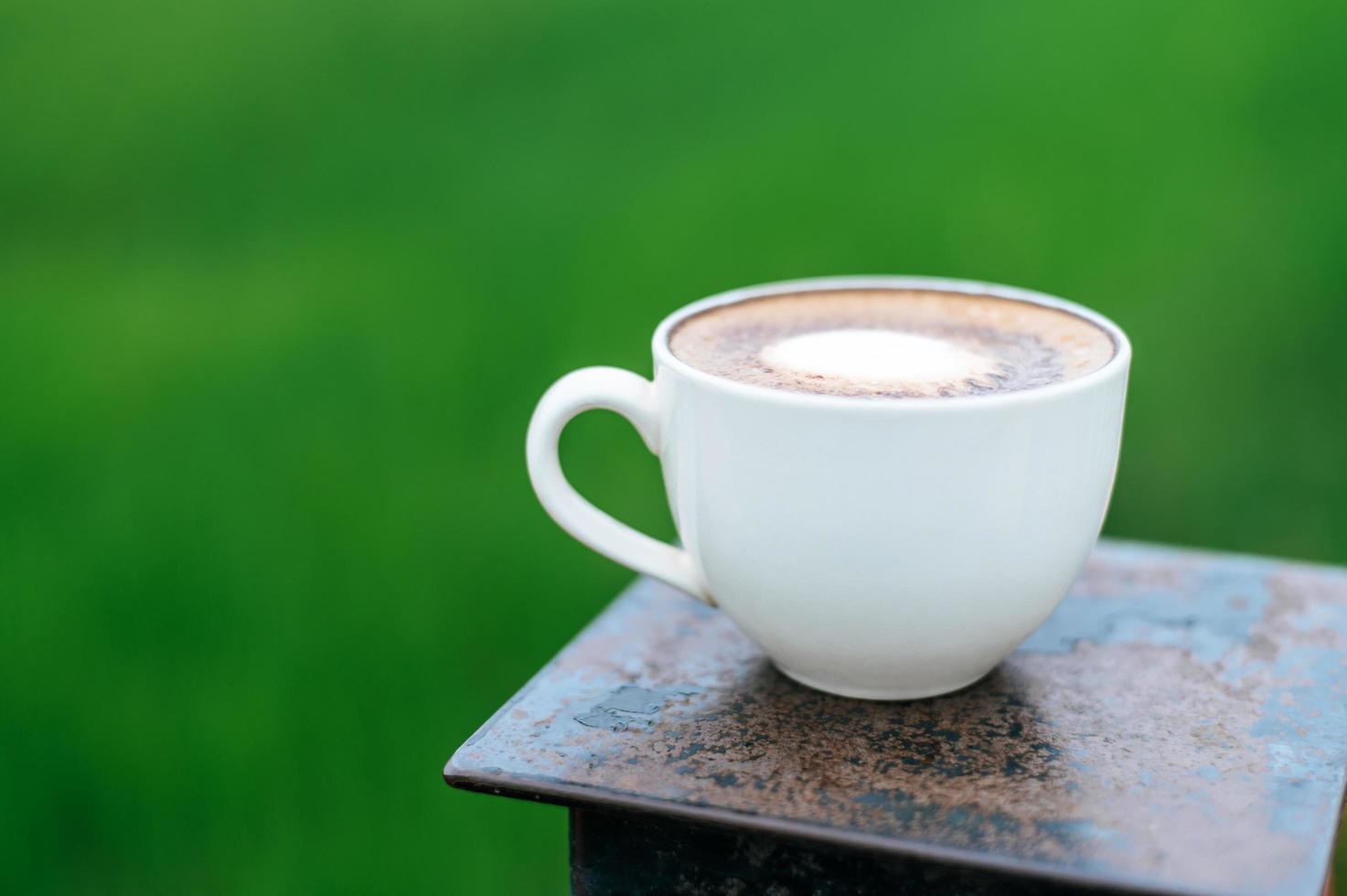 Kaffeetasse auf Holztisch foto