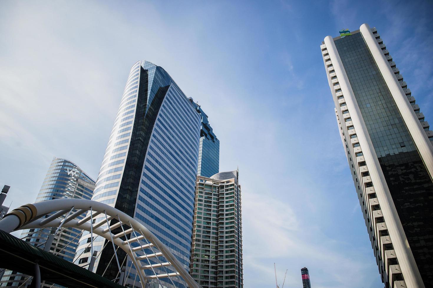 Bild von Wolkenkratzern mit der Brücke und dem Himmel foto