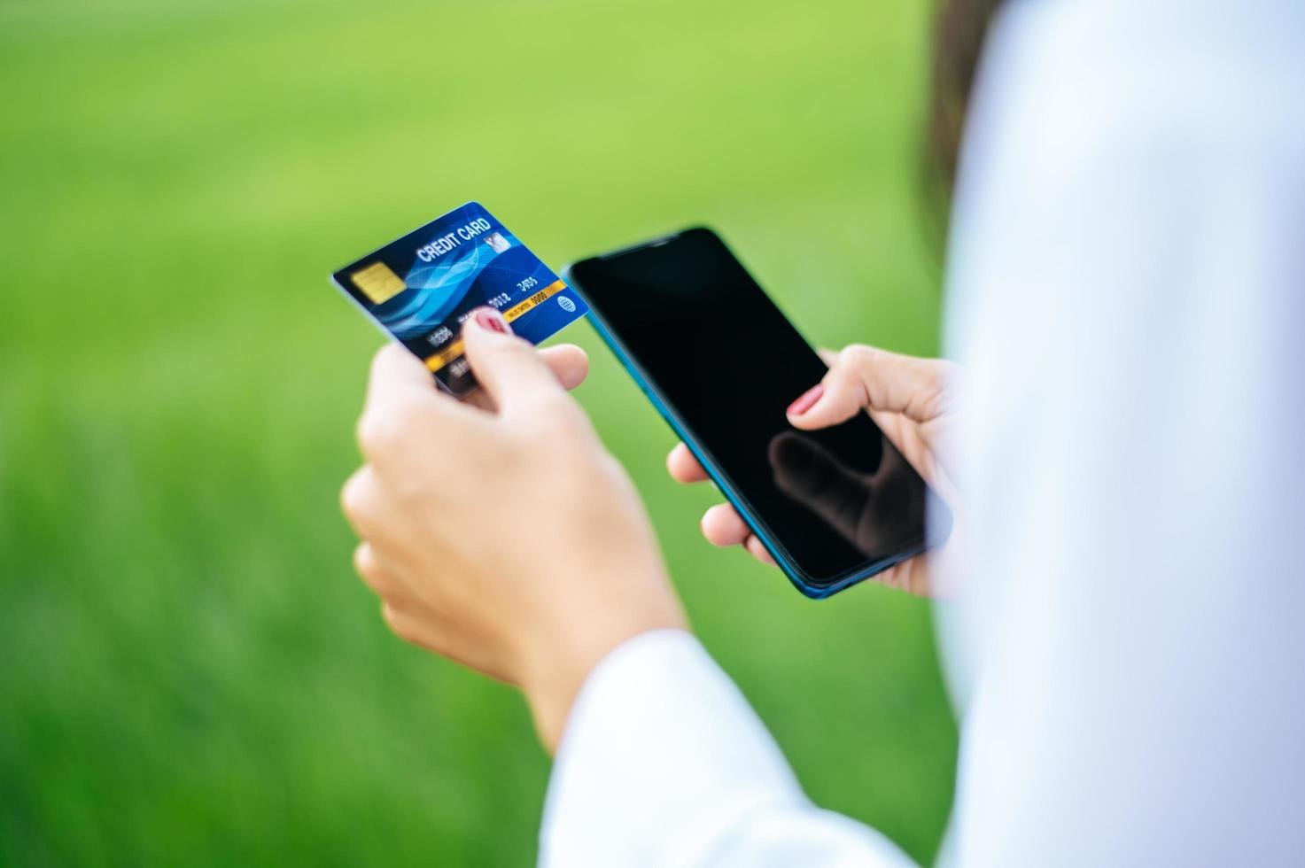 Zahlung für Waren per Kreditkarte per Smartphone foto