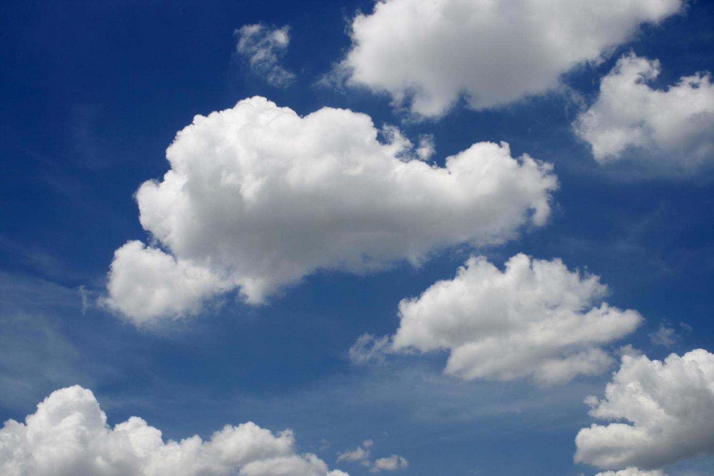 flauschige weiße Wolken in einem blauen Himmel foto