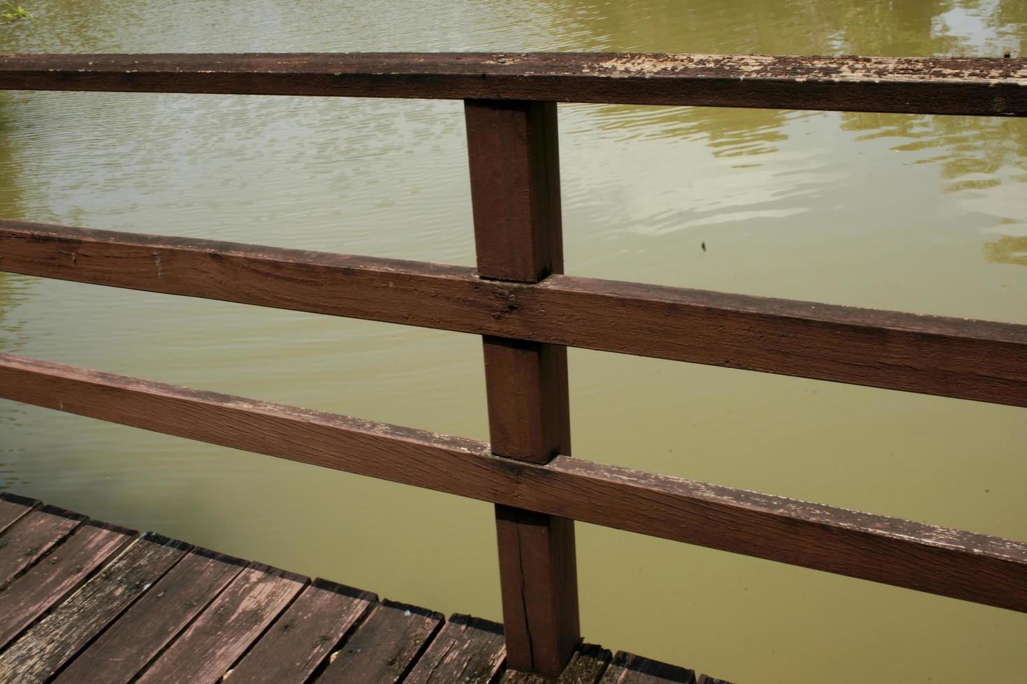 Metallzaun in der Nähe von Wasser foto