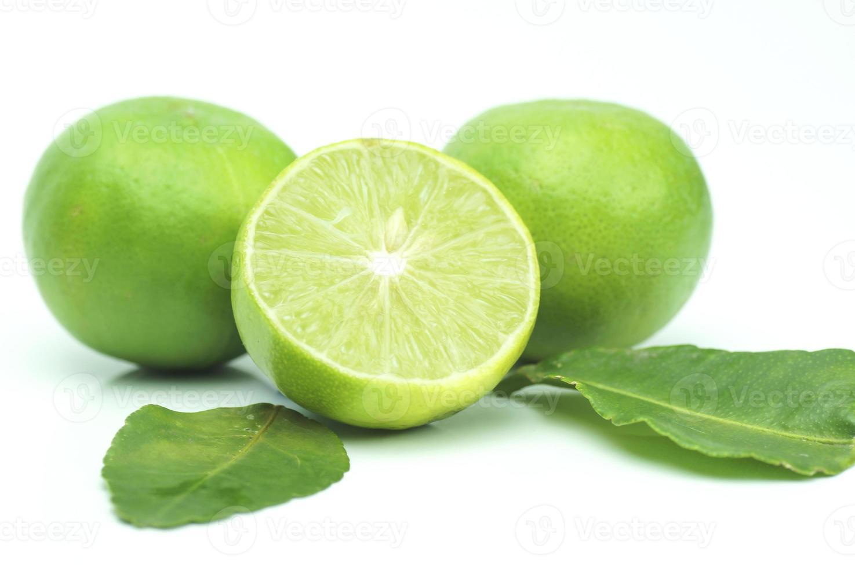 grüner Kalk mit Blättern lokalisiert auf weißem Hintergrund foto