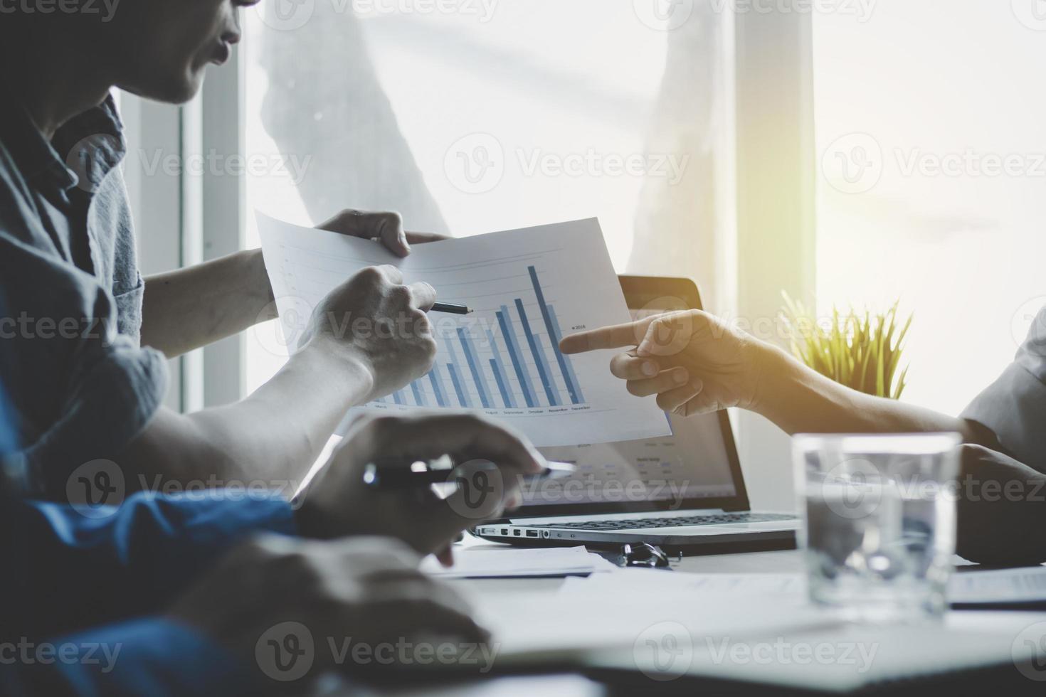 Geschäftstreffen zur Analyse und Präsentation von Finanzen foto