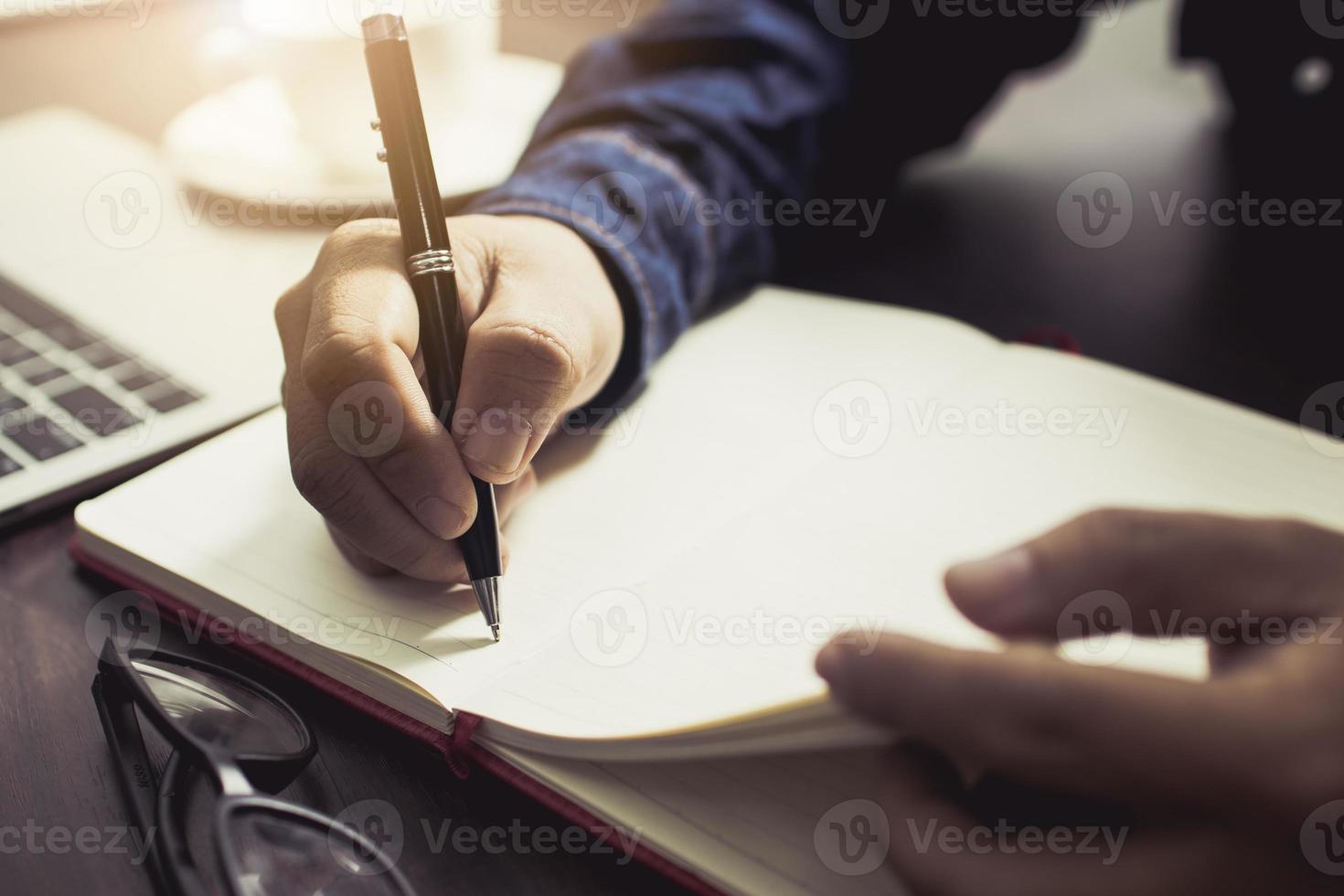 Mann schreibt im Tagebuch foto
