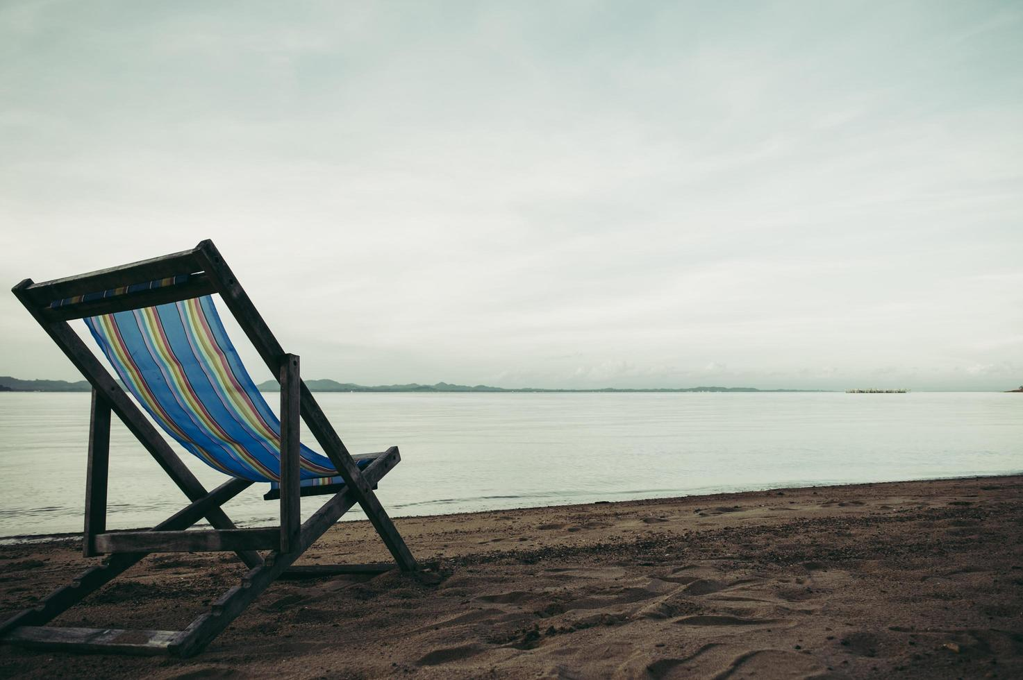 Meer mit Resort Liegestühlen foto