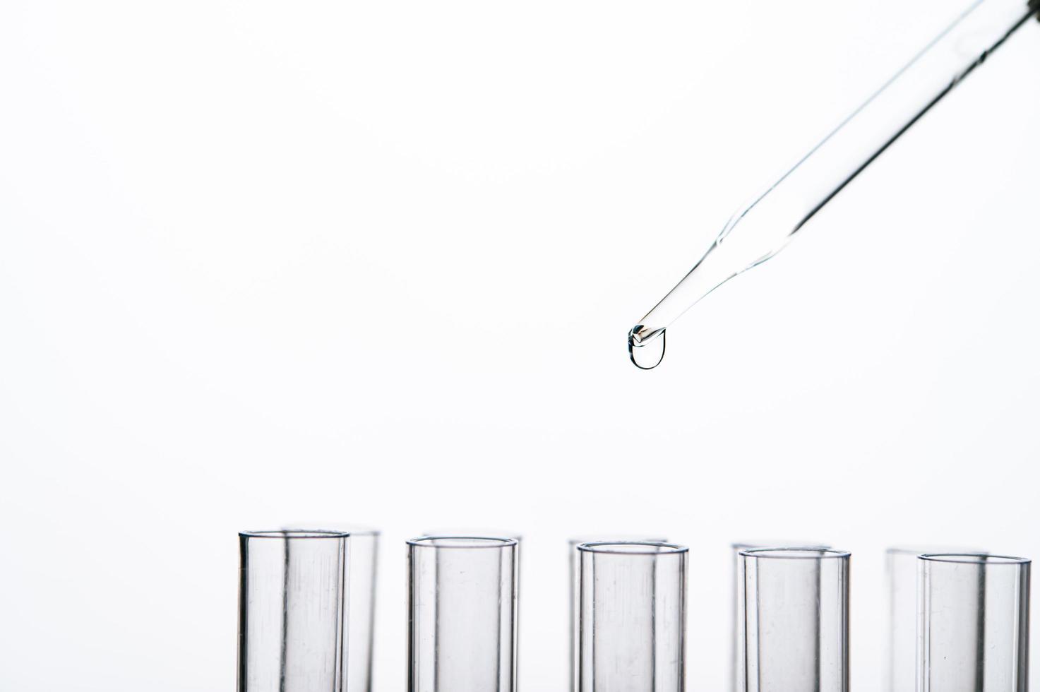 Chemikalie fiel in ein Becherglas foto
