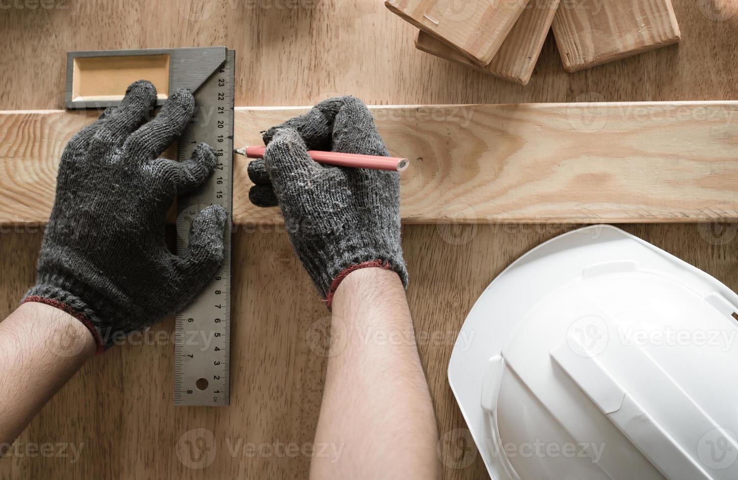 Tischler messen und schreiben auf Holz foto