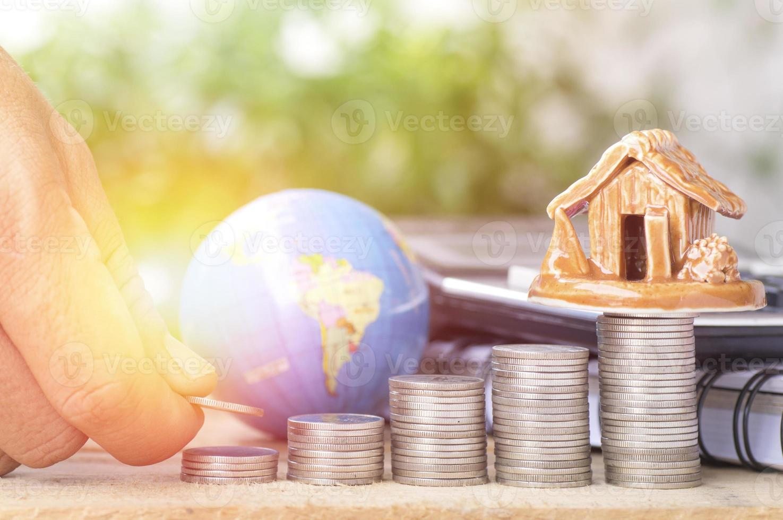 Münzen stapeln, um ein Haus zu kaufen foto