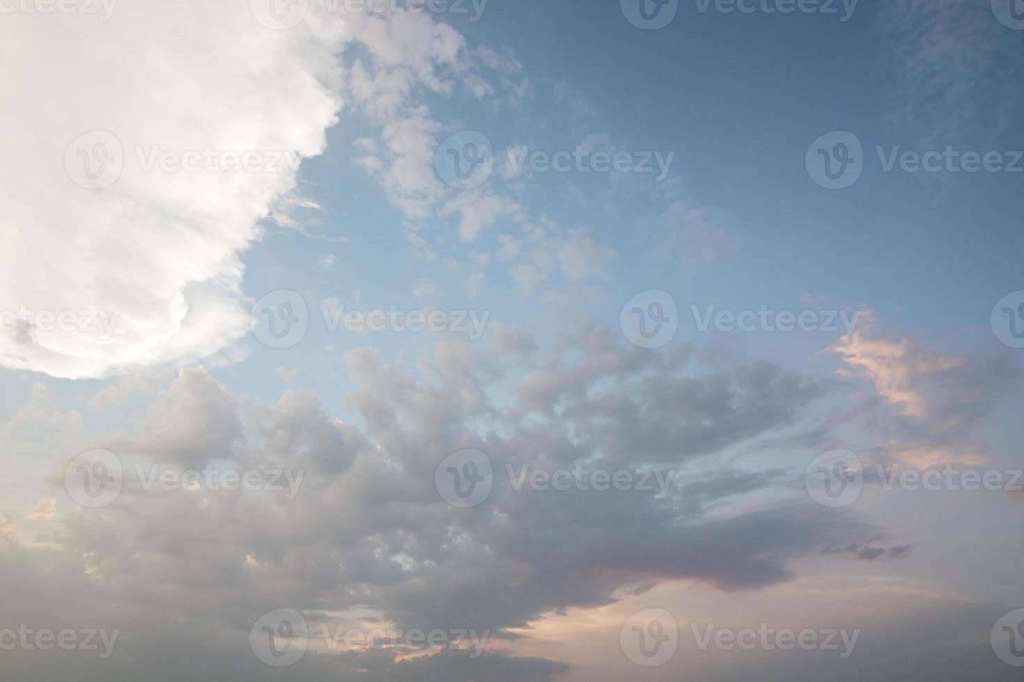 bewölkter blauer Himmel foto